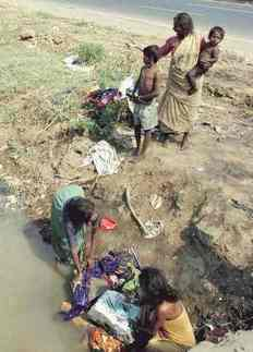 poverty_India_Mumbai_family_washing